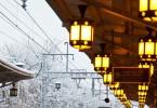 年末雪の中の駅のホーム
