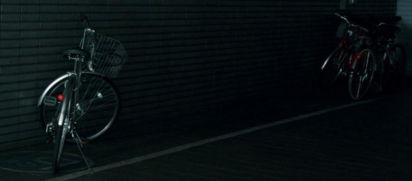 暗い駐輪場の自転車