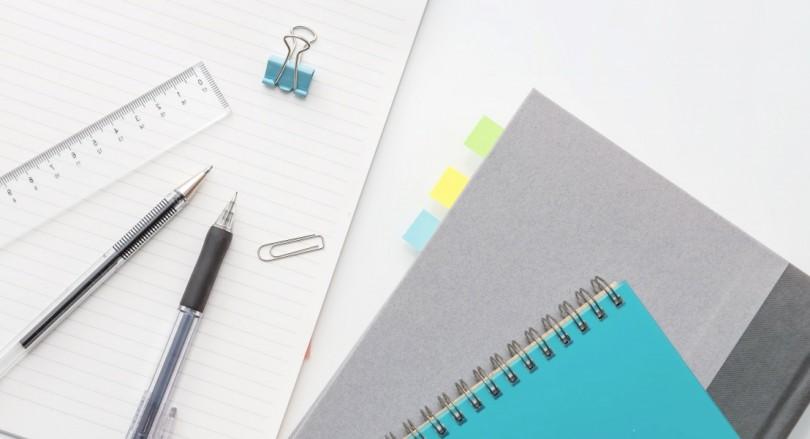 付箋のノートとペンと筆記用具