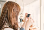 カメラをもった国内旅行中の女性