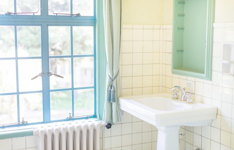窓と洗面所