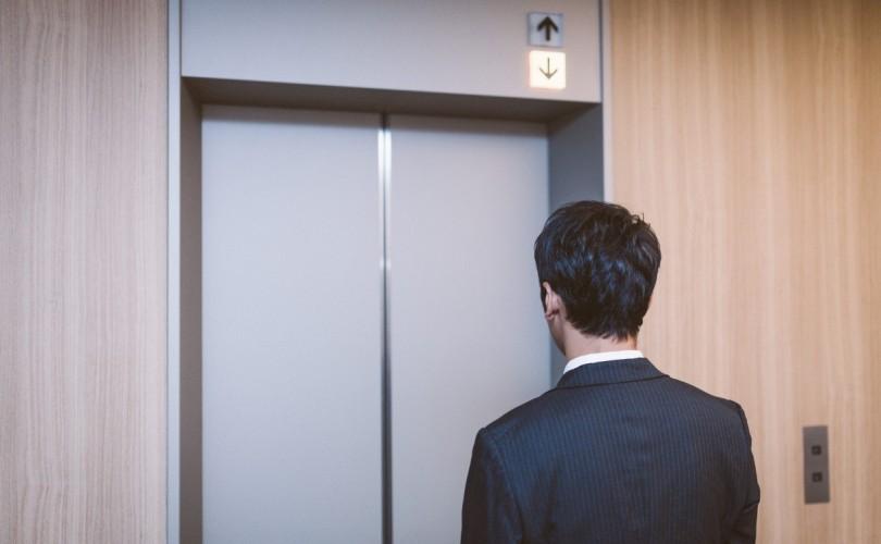エレベーターを待つ