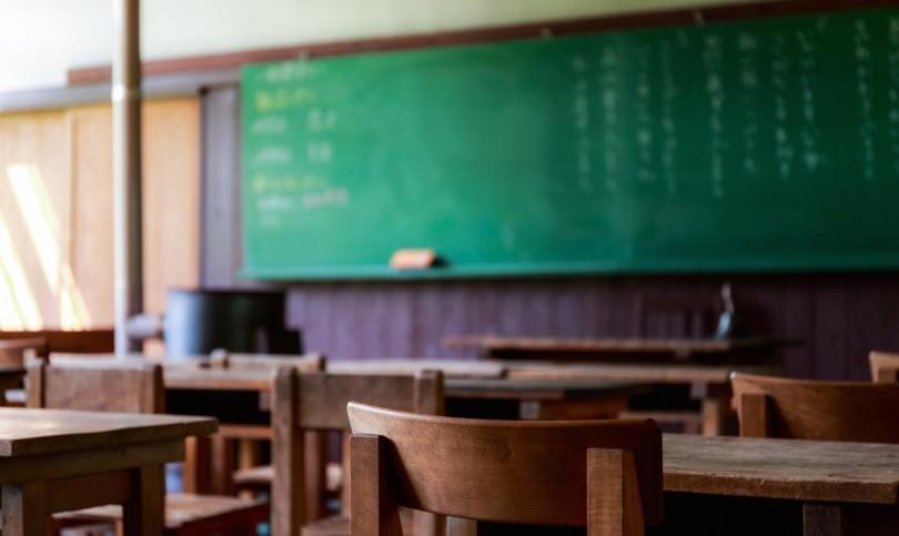 木造の教室と黒板