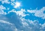 青空と太陽の光