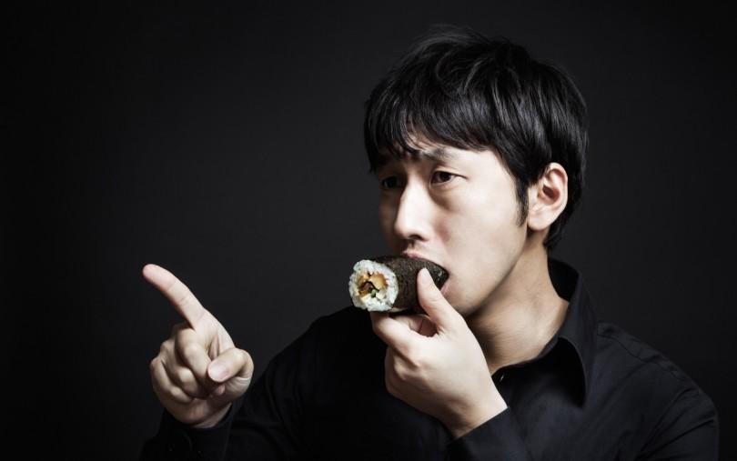 恵方巻を食べる男
