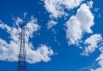 青空・雲と送電線