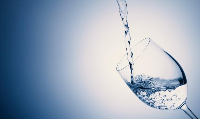 グラスにお水をドボドボ