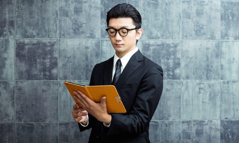 PCメガネをかける男性