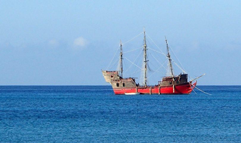 海の上の海賊船