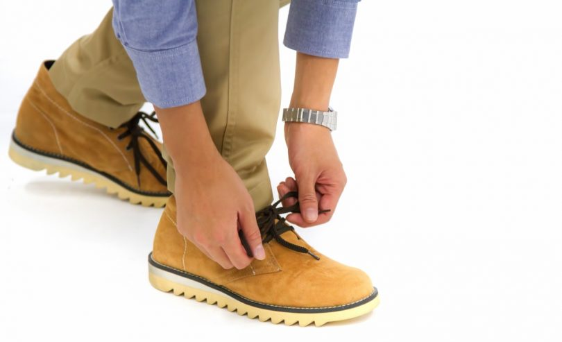 靴ひもを結び歩き出そう!としている様子