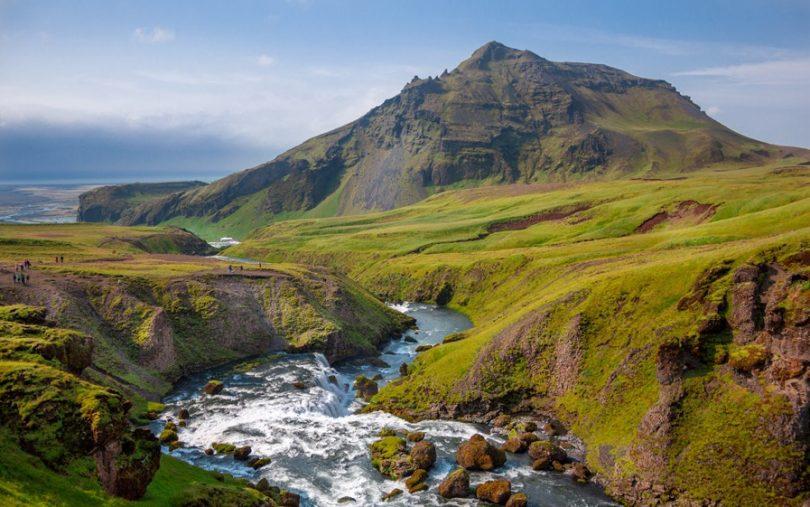 アイスランドの山と川の風景