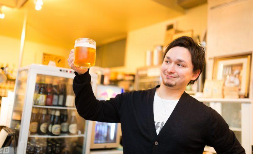 ビールを持つ男