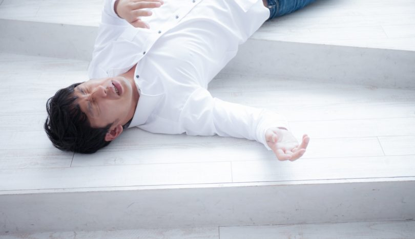 熱中症で倒れ込み苦しむ男性