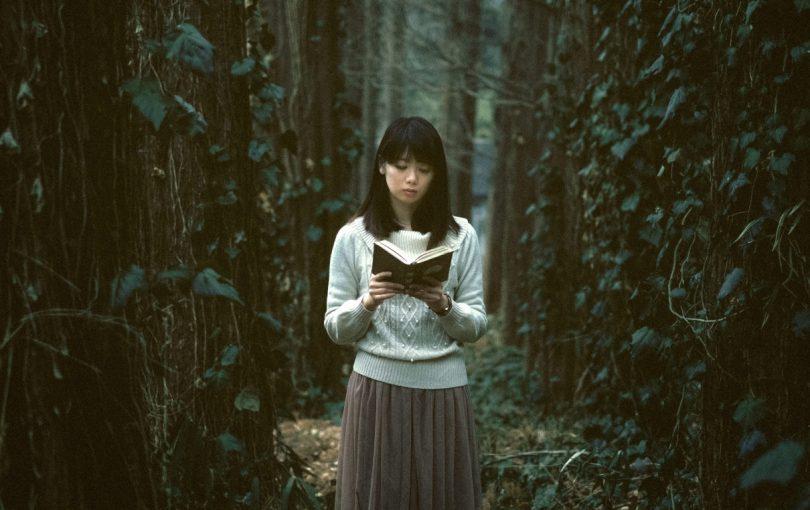 読書してたら深い森に迷いこんだ女性