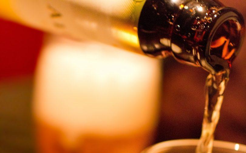 グラスに注がれるビール