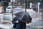台風の日に傘をさす人